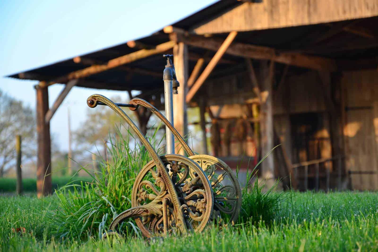 Ancien hangar et enrouleur de tuyau d'époque - gîte rural de Haute Forêt en Vallée du Loir