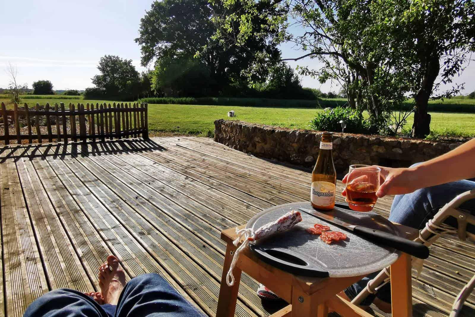 Apéritif sur la terrasse ensoleillée - gîte rural de Haute Forêt en Vallée du Loir