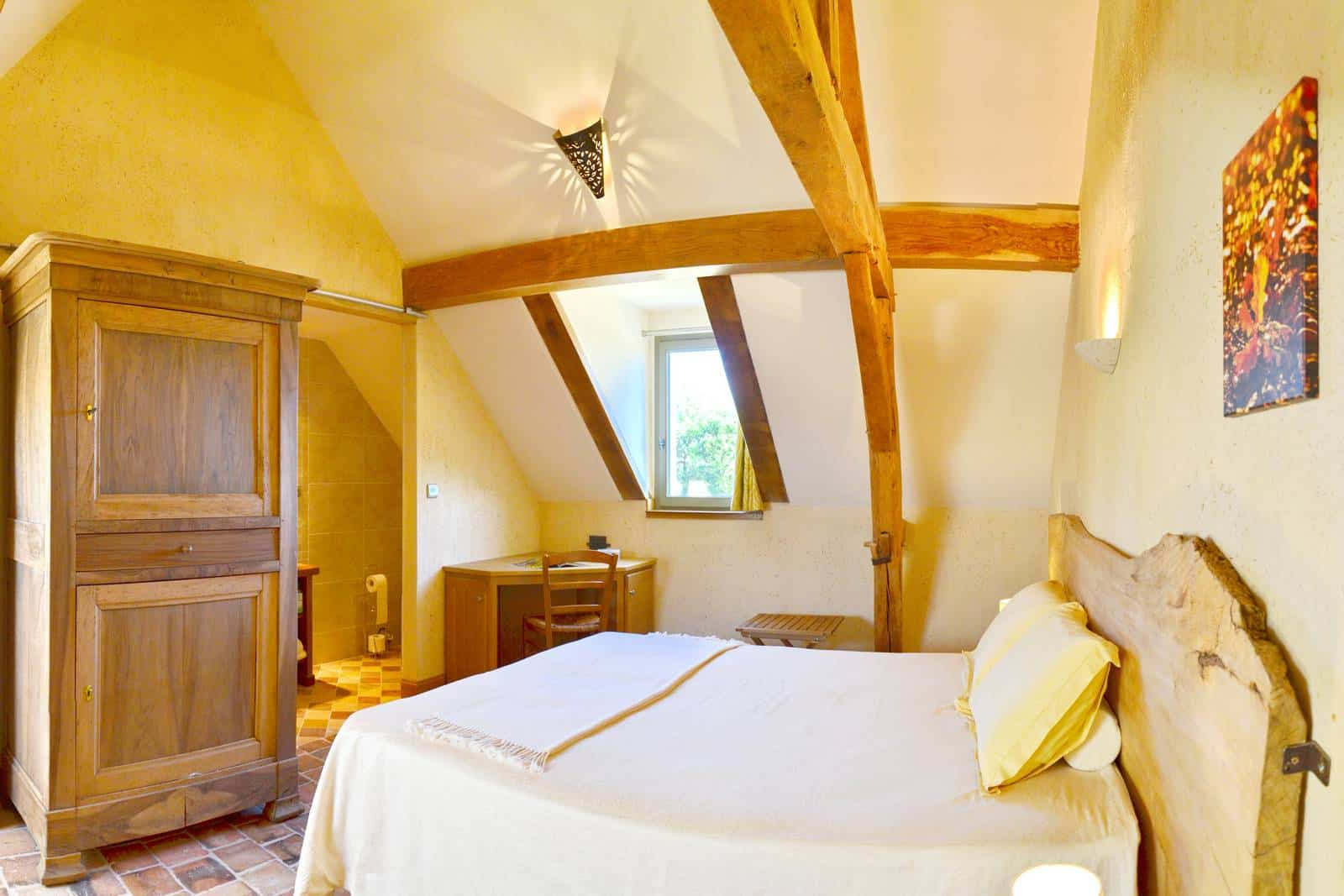 Chambre automne vue sur le lit et la salle de bain - gîte rural de Haute Forêt en Vallée du Loir