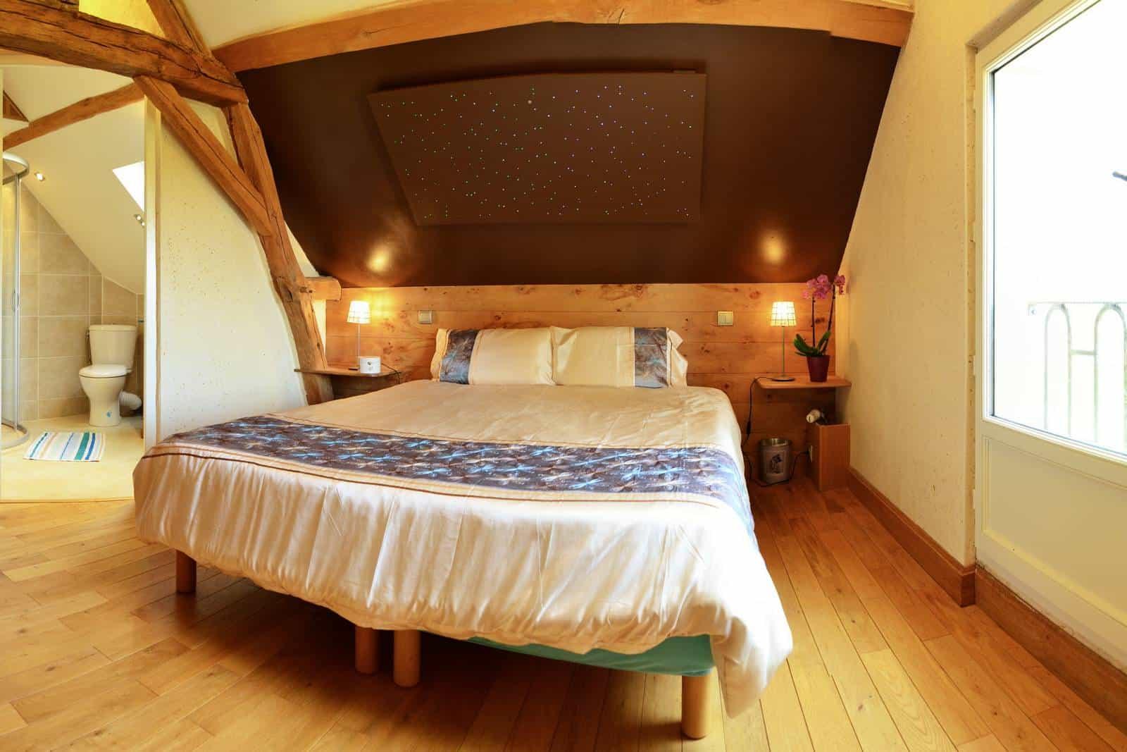 Chambre printemps au gîte de Haute Forêt, vue du lit