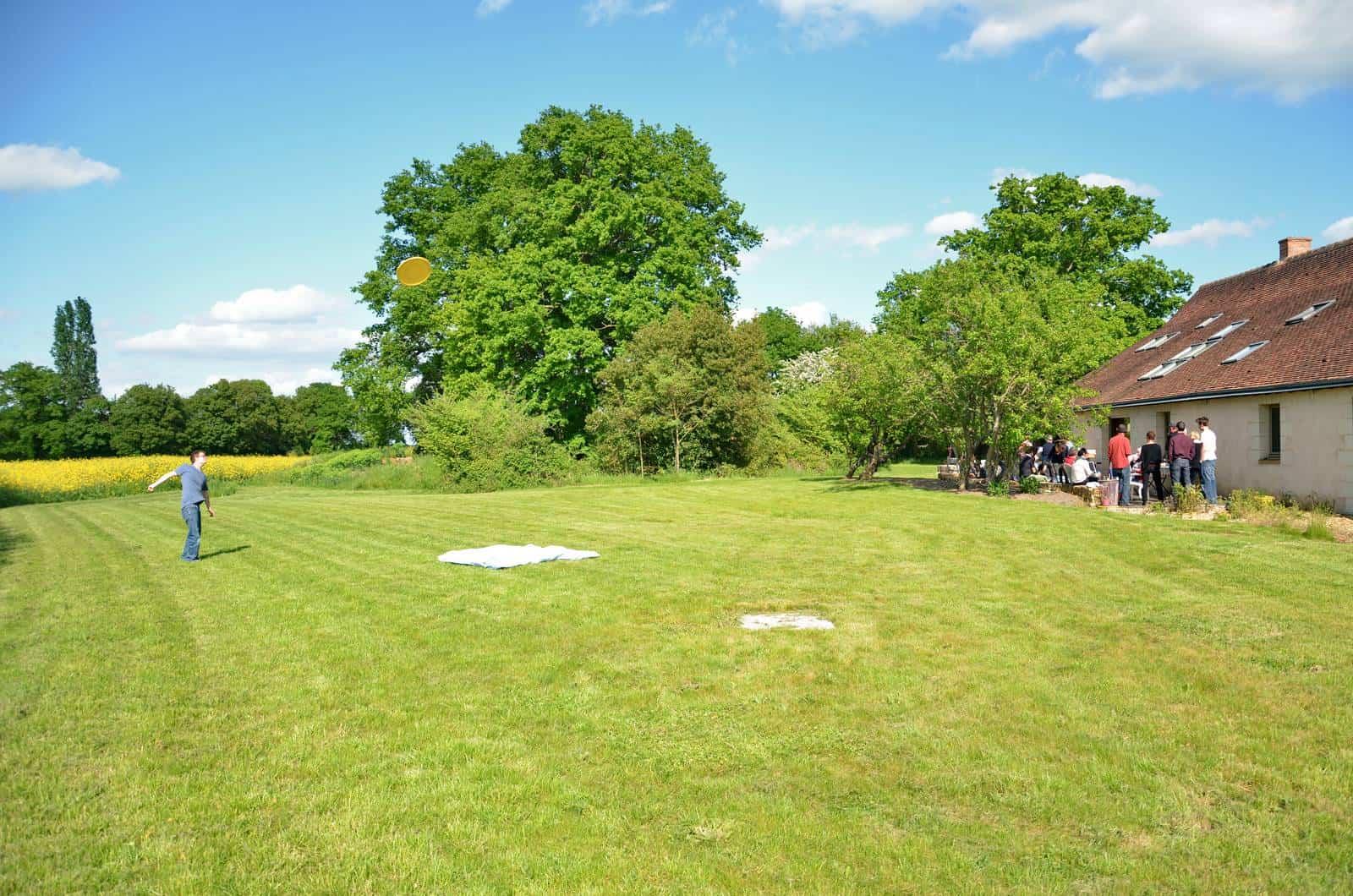 Grande pelouse à l'arrière de la location - gîte rural de Haute Forêt en Vallée du Loir