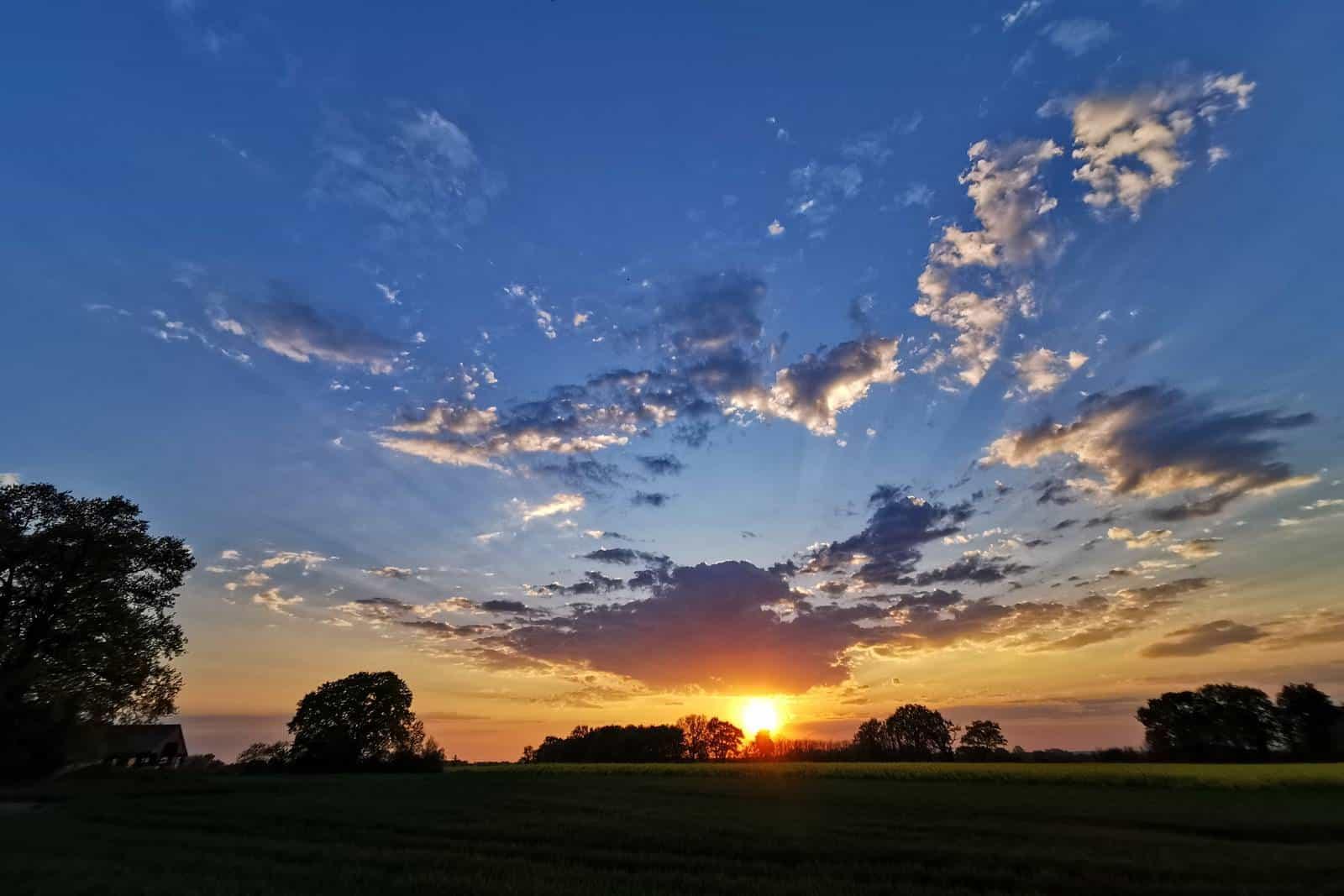 Magnifique coucher de soleil légèrement nuageux - gîte rural de Haute Forêt en Vallée du Loir