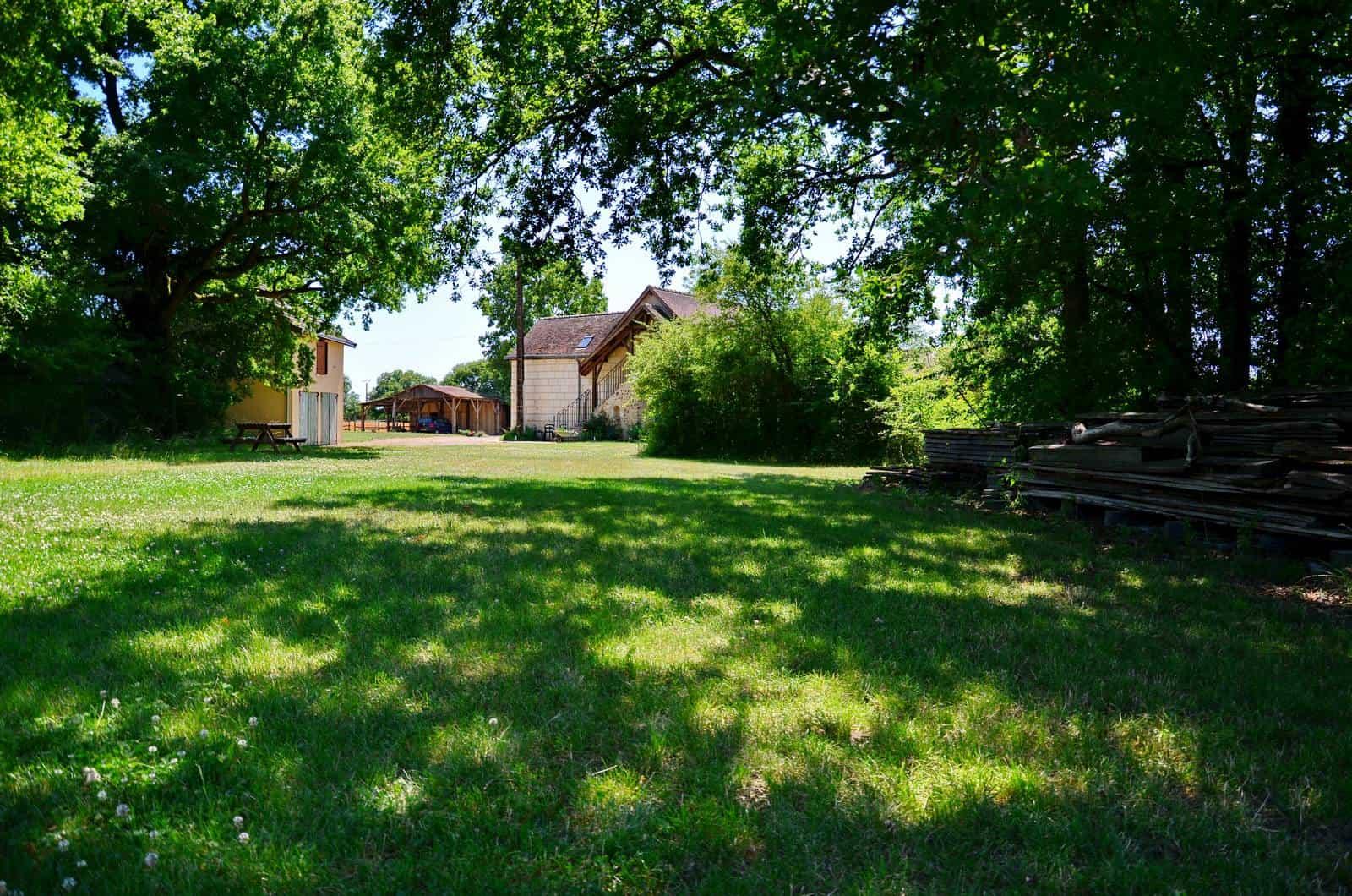 Ombre des grands chênes à côté de la maison - gîte rural de Haute Forêt en Vallée du Loir