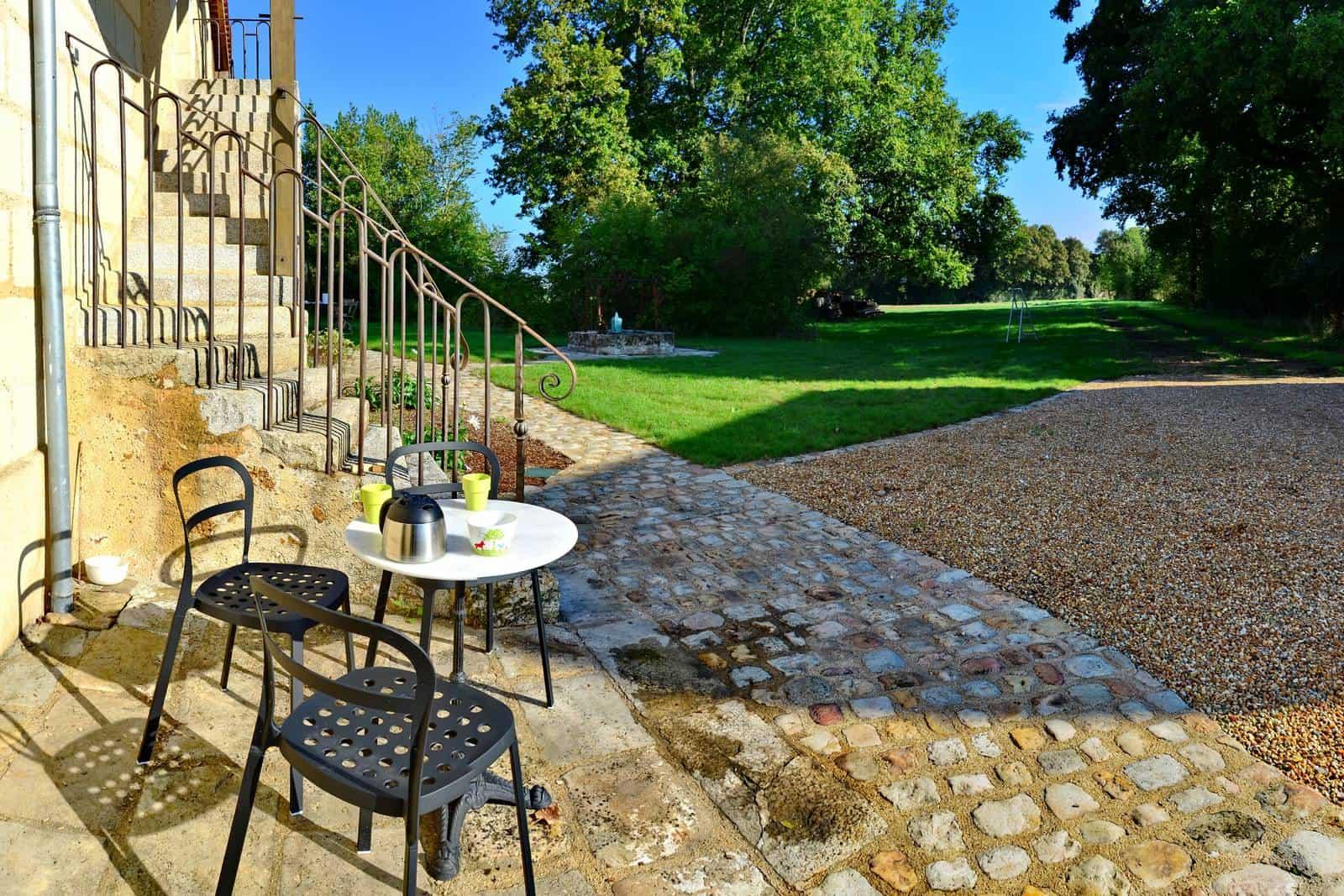 Terrasse au pied de l'escalier pour prendre le café - gîte rural de Haute Forêt en Vallée du Loir