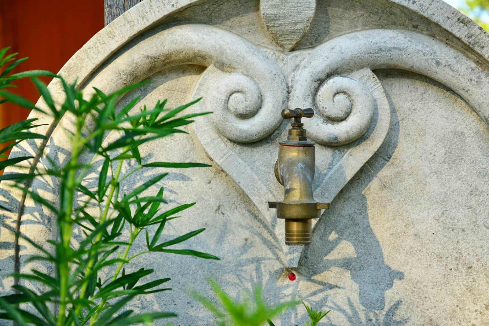 Une fontaine en guise de robinet - gîte rural de Haute Forêt en Vallée du Loir